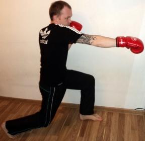 Прямой удар правой рукой в корпус
