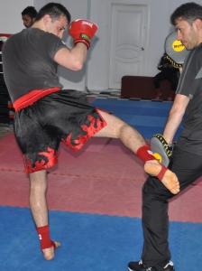 Боковой удар правой ногой (лоу-кик) по внешней поверхности бедра