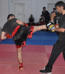 Удар правой ногой с развороту по корпусу (бэк-кик)