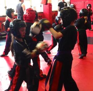 Групповые тренировки по кикбоксингу